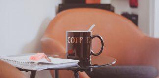 stolik kawowy szklany czy drewniany