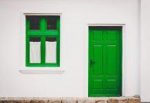 drewniane drzwi do domu