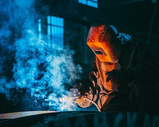 Maska spawalnicza a technika spawania